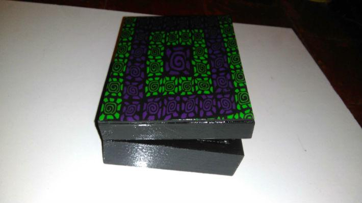 Boite en bois et pâte fimo spirale verte et violette