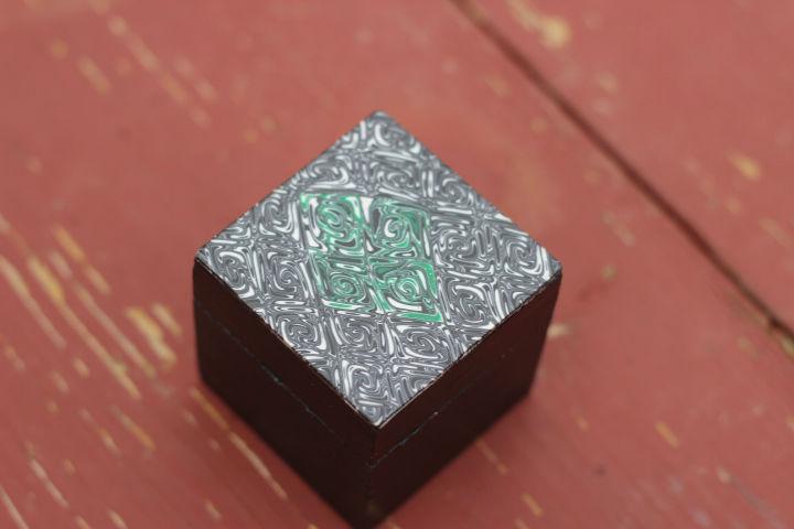 Boite carré en bois et pâte fimo vision d`illusion