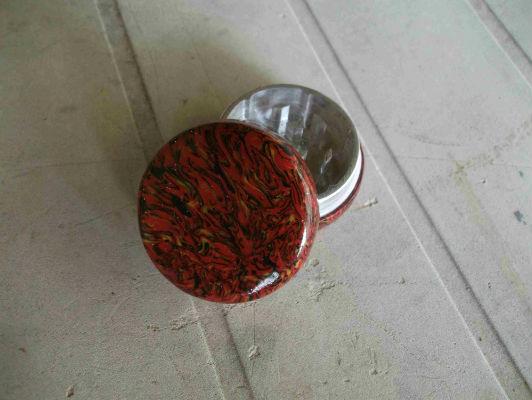 Grinder métal deux pièces et pâte fimo
