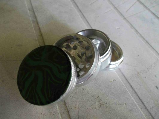 Grinder métal quatre pièces et pâte fimo